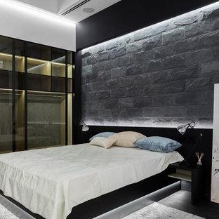 Стильный дизайн: хозяйская спальня в современном стиле с серыми стенами, темным паркетным полом и черным полом - последний тренд
