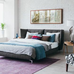 Стильный дизайн: спальня в стиле фьюжн с белыми стенами, светлым паркетным полом и бежевым полом - последний тренд