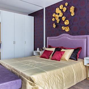 Пример оригинального дизайна: хозяйская спальня среднего размера в современном стиле с фиолетовыми стенами, темным паркетным полом и коричневым полом