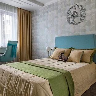 Выдающиеся фото от архитекторов и дизайнеров интерьера: спальня среднего размера в современном стиле с темным паркетным полом, коричневым полом и серыми стенами
