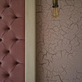 На фото: со средним бюджетом спальни среднего размера в стиле лофт с серыми стенами, полом из ламината, горизонтальным камином, фасадом камина из штукатурки и серым полом