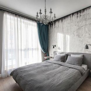 На фото: маленькие хозяйские спальни в современном стиле с серыми стенами и светлым паркетным полом