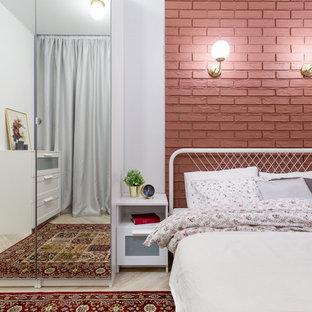 Foto de dormitorio principal, urbano, pequeño, sin chimenea, con paredes rojas, suelo vinílico y suelo beige