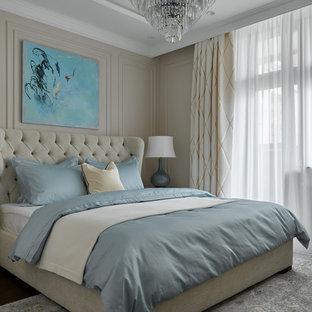 Стильный дизайн: хозяйская спальня в стиле неоклассика (современная классика) с бежевыми стенами и многоуровневым потолком - последний тренд
