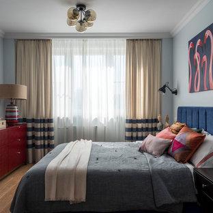 Неиссякаемый источник вдохновения для домашнего уюта: спальня в стиле фьюжн с синими стенами, паркетным полом среднего тона и коричневым полом