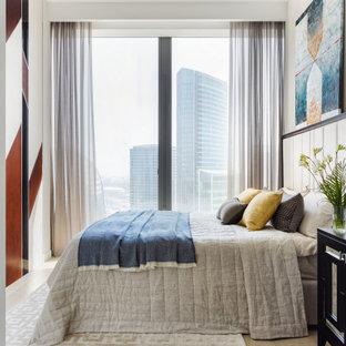 Стильный дизайн: спальня в современном стиле с белыми стенами, светлым паркетным полом и бежевым полом - последний тренд