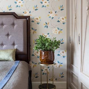 Свежая идея для дизайна: спальня в викторианском стиле с разноцветными стенами и светлым паркетным полом - отличное фото интерьера