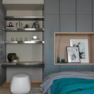 Свежая идея для дизайна: большая хозяйская спальня в скандинавском стиле с серыми стенами, светлым паркетным полом и бежевым полом - отличное фото интерьера