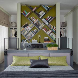 Пример оригинального дизайна: хозяйская спальня в современном стиле с темным паркетным полом