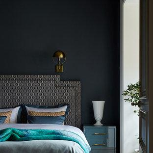 Идея дизайна: хозяйская спальня в стиле современная классика с черными стенами, паркетным полом среднего тона и коричневым полом