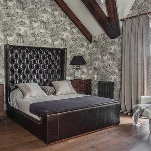На фото: хозяйская спальня в викторианском стиле с серыми стенами с