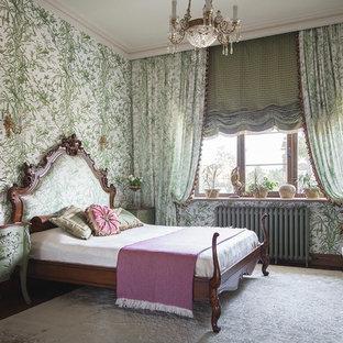 Выдающиеся фото от архитекторов и дизайнеров интерьера: спальня в викторианском стиле с зелеными стенами и темным паркетным полом