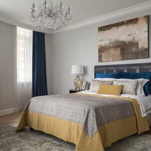 Идея дизайна: хозяйская спальня в классическом стиле с серыми стенами, паркетным полом среднего тона, коричневым полом и синими шторами