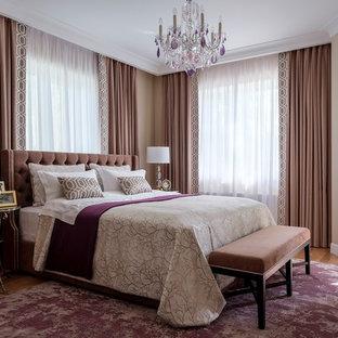 На фото: хозяйская спальня в классическом стиле с бежевыми стенами и паркетным полом среднего тона с