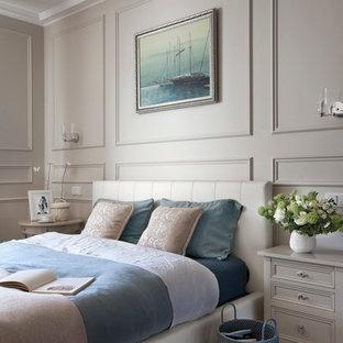 Новый формат декора квартиры: спальня в классическом стиле с бежевыми стенами и паркетным полом среднего тона для хозяев