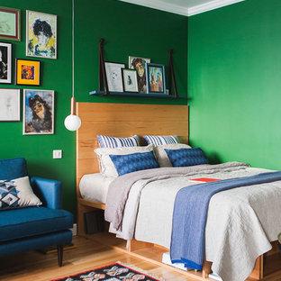 Стильный дизайн: маленькая хозяйская спальня в современном стиле с зелеными стенами, паркетным полом среднего тона и коричневым полом - последний тренд