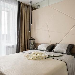 Новый формат декора квартиры: хозяйская спальня в современном стиле с бежевыми стенами