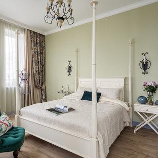 Стильный дизайн: хозяйская спальня в стиле современная классика с зелеными стенами, паркетным полом среднего тона и коричневым полом - последний тренд