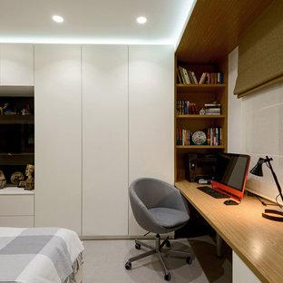 Пример оригинального дизайна: хозяйская спальня в современном стиле с коричневыми стенами и серым полом