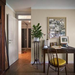 エカテリンブルクの小さいエクレクティックスタイルのおしゃれな主寝室 (ベージュの壁、磁器タイルの床、茶色い床)