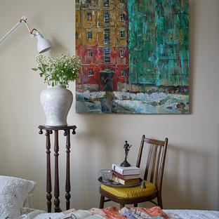 エカテリンブルクの小さいエクレクティックスタイルのおしゃれな主寝室 (ベージュの壁、磁器タイルの床、茶色い床) のレイアウト