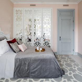 Свежая идея для дизайна: спальня в стиле современная классика с розовыми стенами, светлым паркетным полом и бежевым полом - отличное фото интерьера