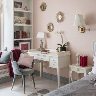 Exempel på ett klassiskt sovrum, med ljust trägolv, beiget golv och rosa väggar