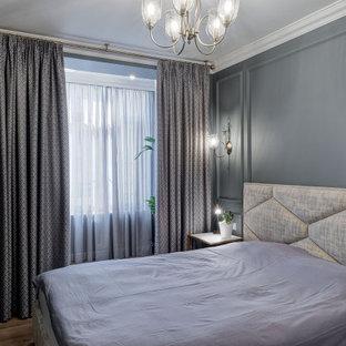 Immagine di una piccola camera matrimoniale boho chic con pareti grigie, pavimento in laminato e pavimento giallo