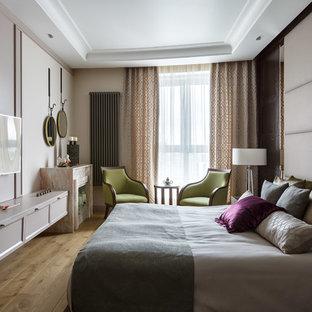 Свежая идея для дизайна: хозяйская спальня в стиле современная классика с серыми стенами, паркетным полом среднего тона и коричневым полом - отличное фото интерьера
