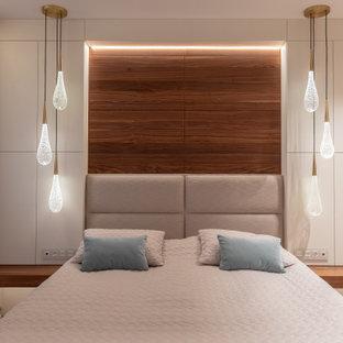 Свежая идея для дизайна: большая хозяйская спальня в современном стиле с белыми стенами, паркетным полом среднего тона и коричневым полом - отличное фото интерьера