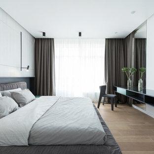 Неиссякаемый источник вдохновения для домашнего уюта: спальня в современном стиле с белыми стенами, паркетным полом среднего тона и коричневым полом