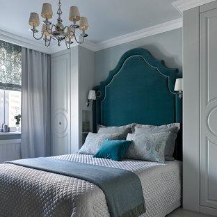 Modelo de dormitorio principal, tradicional renovado, con paredes grises, suelo de madera clara y suelo gris