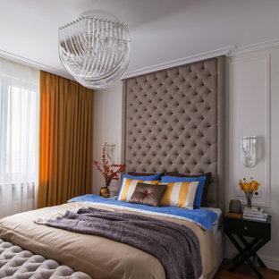 На фото: хозяйская спальня в современном стиле с бежевыми стенами и коричневым полом с