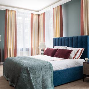 Пример оригинального дизайна: хозяйская спальня среднего размера в современном стиле с бежевым полом и полом из ламината без камина