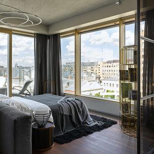 Стильный дизайн: хозяйская спальня в современном стиле с серыми стенами, темным паркетным полом и коричневым полом без камина - последний тренд