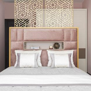 Свежая идея для дизайна: хозяйская спальня в современном стиле с розовыми стенами без камина - отличное фото интерьера