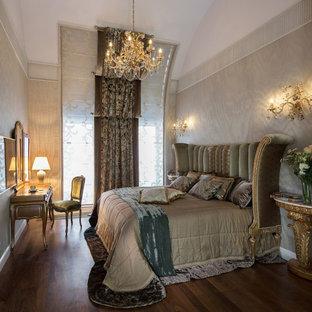 Неиссякаемый источник вдохновения для домашнего уюта: гостевая спальня в викторианском стиле с бежевыми стенами и темным паркетным полом