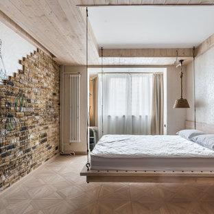 Mittelgroßes Maritimes Hauptschlafzimmer mit beiger Wandfarbe, beigem Boden, Holzdecke und Ziegelwänden in Moskau