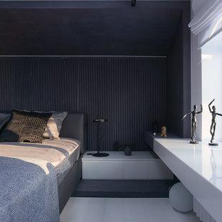 Modelo de dormitorio principal, contemporáneo, de tamaño medio, con paredes blancas, suelo de madera pintada y suelo blanco