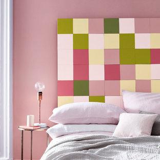 Пример оригинального дизайна: спальня в современном стиле с розовыми стенами