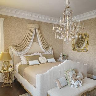 Idee per una camera degli ospiti vittoriana di medie dimensioni con pareti beige, pavimento in legno verniciato e pavimento marrone