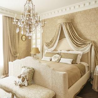Exemple d'une chambre parentale victorienne de taille moyenne avec un mur beige, un sol en bois peint et un sol marron.