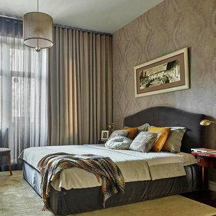Неиссякаемый источник вдохновения для домашнего уюта: хозяйская спальня в стиле современная классика с разноцветными стенами и темным паркетным полом