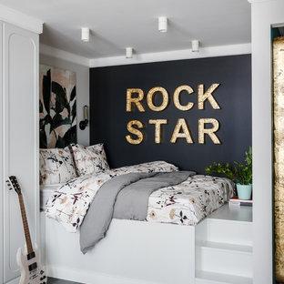Выдающиеся фото от архитекторов и дизайнеров интерьера: маленькая спальня в современном стиле с темным паркетным полом, серым полом и черными стенами