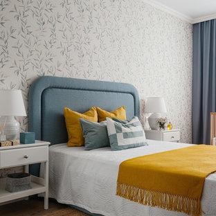 Exempel på ett mellanstort klassiskt sovrum, med flerfärgade väggar