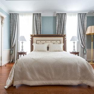 Пример оригинального дизайна: хозяйская спальня в классическом стиле с синими стенами, паркетным полом среднего тона и коричневым полом
