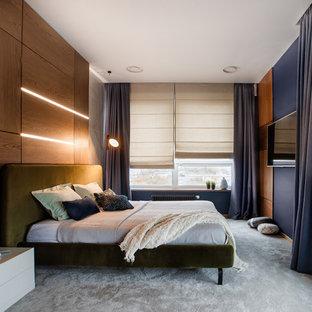 Идея дизайна: хозяйская спальня в современном стиле с синими стенами, ковровым покрытием и серым полом без камина