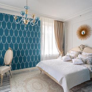 Неиссякаемый источник вдохновения для домашнего уюта: хозяйская спальня в стиле современная классика с синими стенами, паркетным полом среднего тона и серым полом