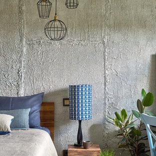 Пример оригинального дизайна: хозяйская спальня в стиле лофт с серыми стенами, паркетным полом среднего тона и коричневым полом