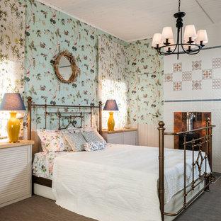 モスクワの広いシャビーシック調のおしゃれな主寝室 (カーペット敷き、薪ストーブ、金属の暖炉まわり、茶色い床) のレイアウト